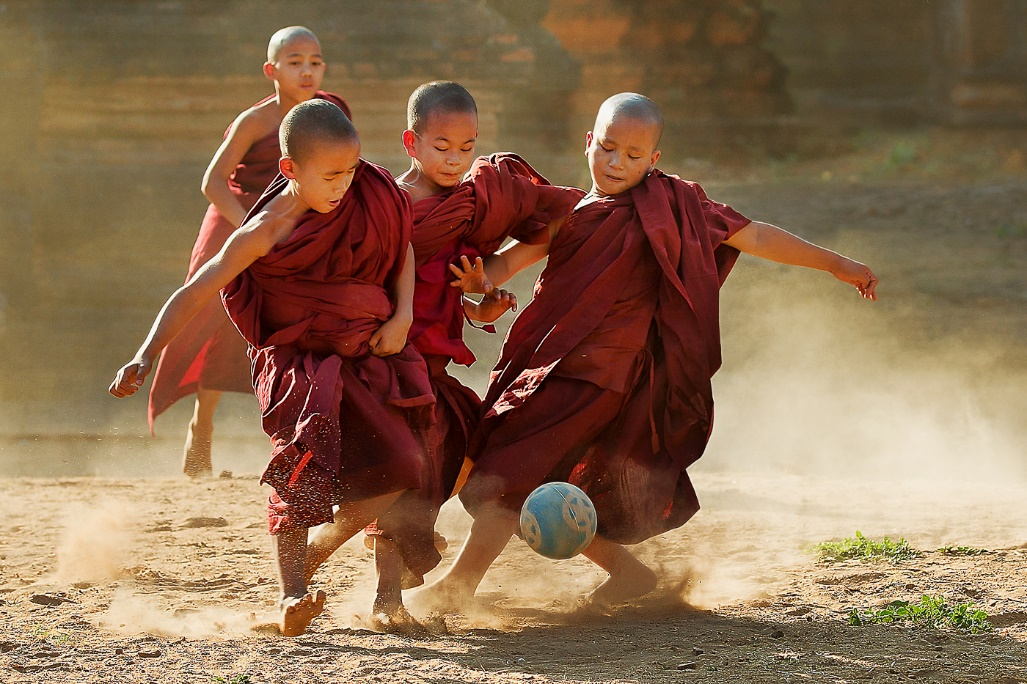 Yung Niem(善蓉)作品《Little Monks Playing Soccer》,人文纪实组银奖